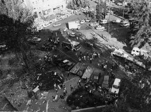 ETA mató a ocho guardias civiles en un atentado con coche bomba perpetrado en la Plaza de la República Dominicana, en 1986 en Madrid.