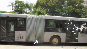 Lanzan volantes en un ómnibus en movimiento