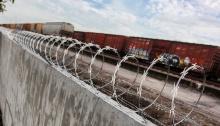 La empresa Ferrocarril del Sureste, propiedad de Grupo México, instaló una barda de concreto antinmigrantes.